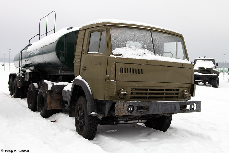 Неидентифицированная полуприцеп-цистерна для перевозки горючего (Unidentified fuel tank towed by KAMAZ)