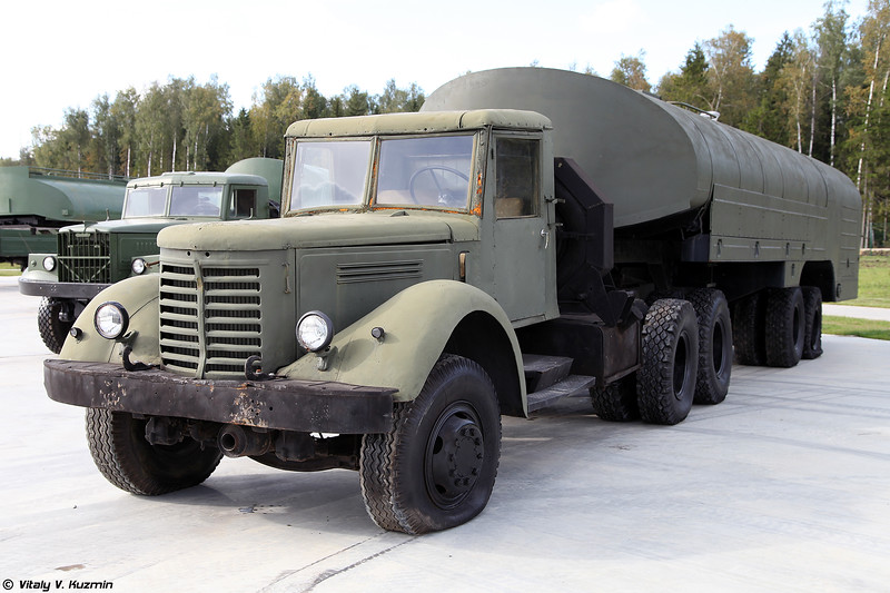 Топливозаправщик ТЗ-22 с седельным тягачом ЯАЗ-210Д (TZ-22 refueller with YaAZ-210D truck)