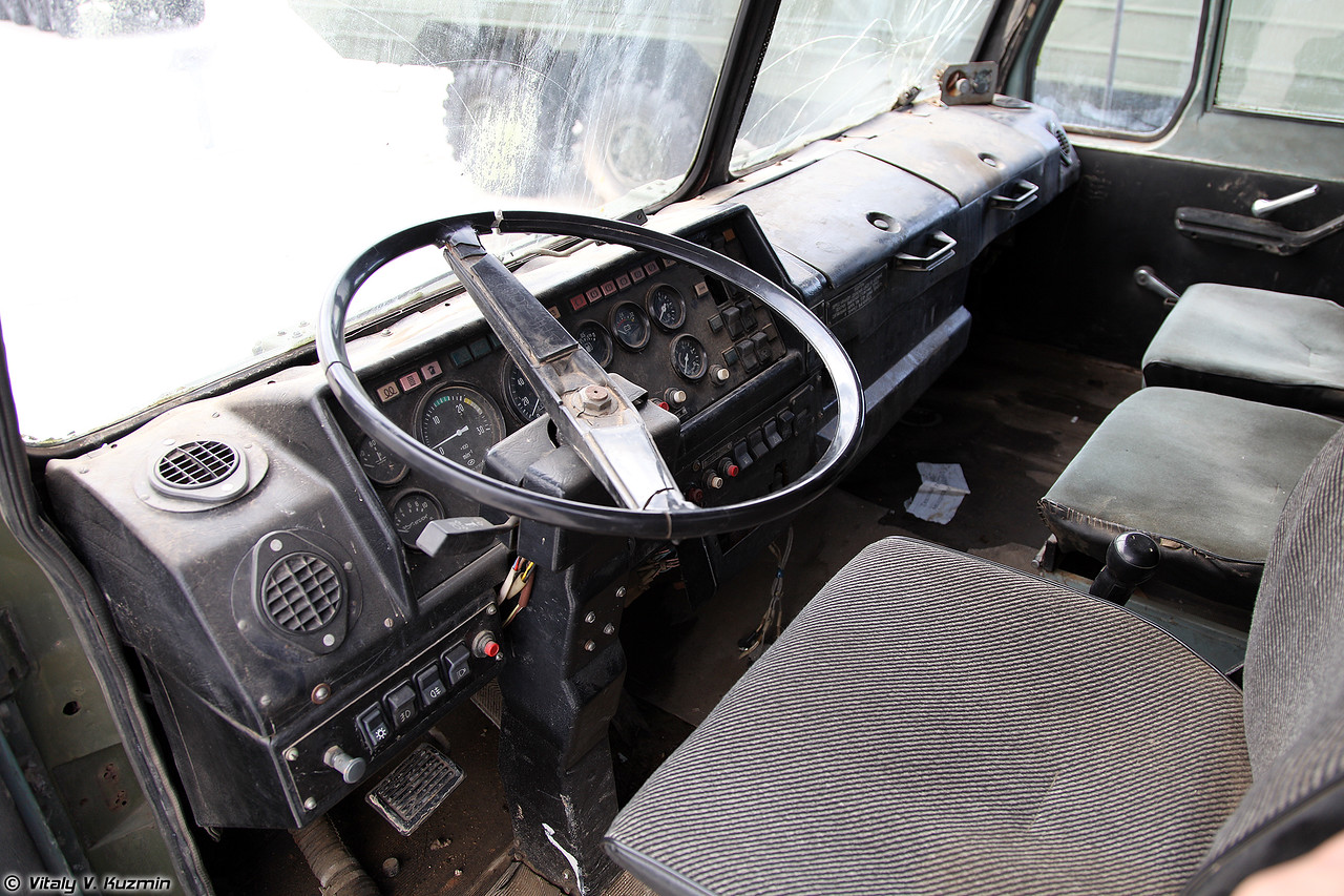 Седельный тягач БАЗ-6402 (BAZ-6402 military tractor unit)