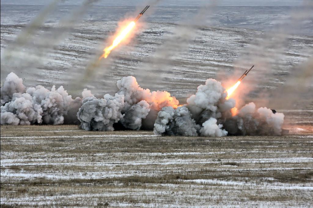 Стрельбы тяжелой огнеметной роты ТОС-1А (Heavy flamethrower company of TOS-1A combat vehicles firing)