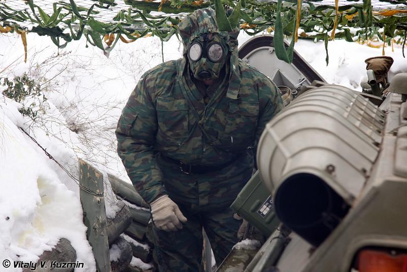 Разведывательная химическая машина РХМ-6 находится в окопе и ведет РХБ разведку с развернутым прибором химической разведки дистанционного действия ПХРДД-2 (Reconnaissance chemical vehicle RKhM-6)