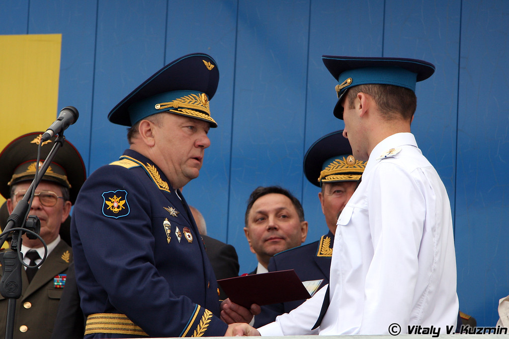 Командующий ВДВ Владимир Шаманов вручает дипломы (Commander-in-Chief of VDV lieutenant general Vladimir Shamanov presents the certificate of degree to the graduating officer)