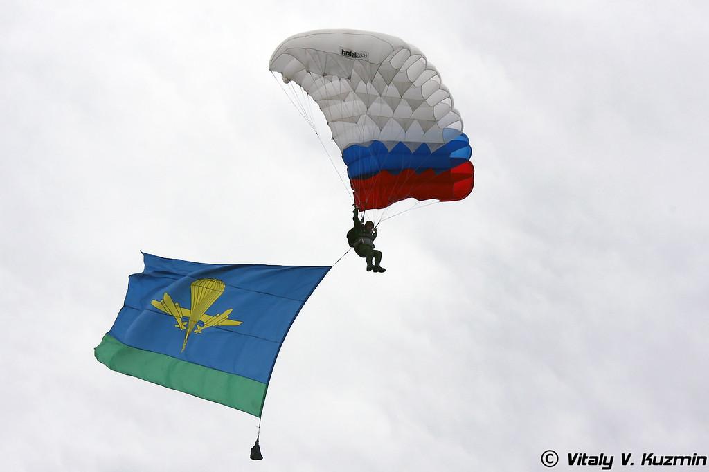 Демонстрационную программу открыли парашютисты (Paratroopers opened the demonstration/show part of the ceremony)