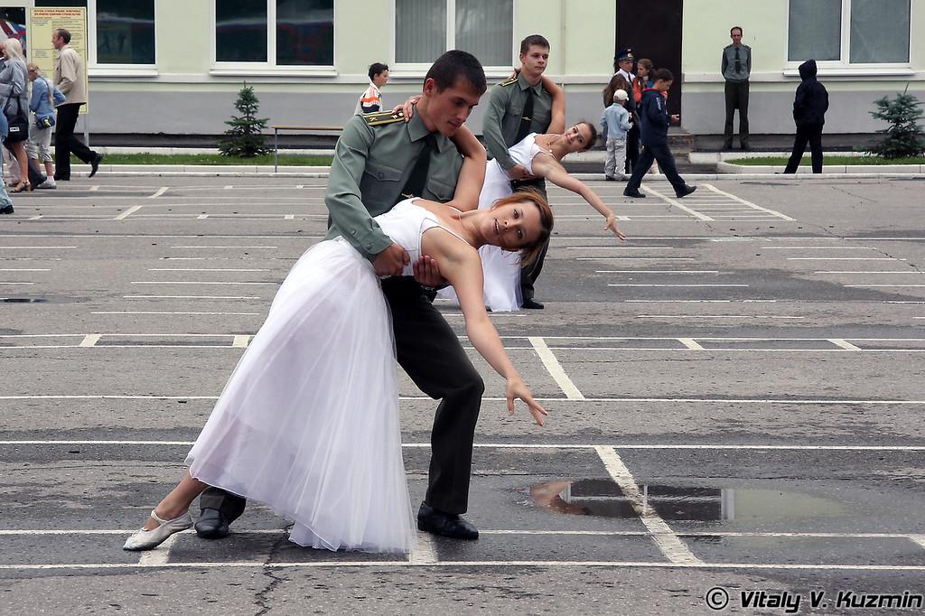 Культурная программа была представлена традиционными танцами. Командующий также пригласил даму. (Dancing according graduation tradition)