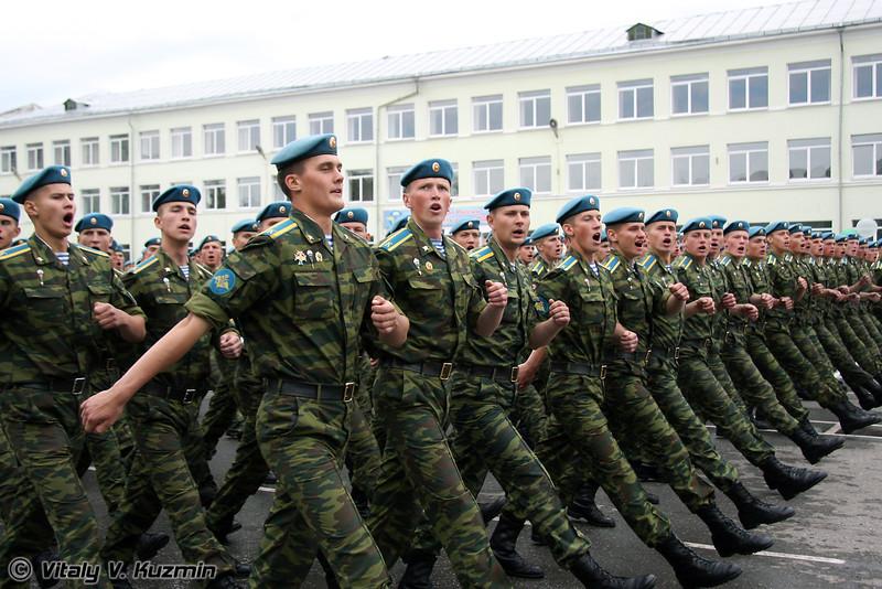Традиционное прохождение со строевой песней. Каждый батальон исполняет свою, в том числе командный и профессорско-преподавательский состав (Marching with parade song)