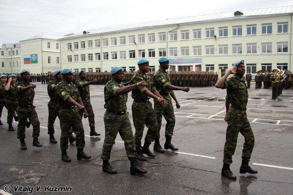 Иностранные курсанты маршируют согласно своим правилам (Foreign cadets are marching according their regulations)