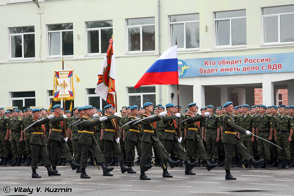 Знаменная группа уносит флаг России и Боевое Знамя (Taking away the Banner of Academy and Russian flag)