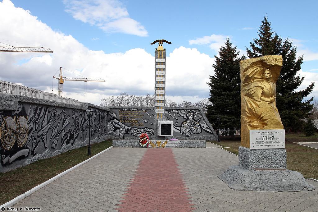 Мемориал и аллея героев (Monuments)