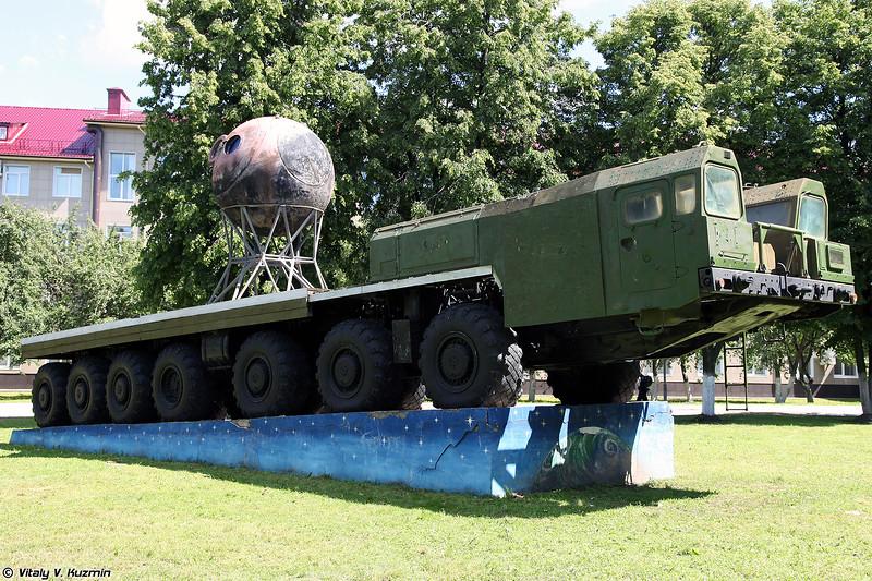 МАЗ-7917 и корпус космического аппарата Облик (MAZ-7917 and Oblik spacecraft)