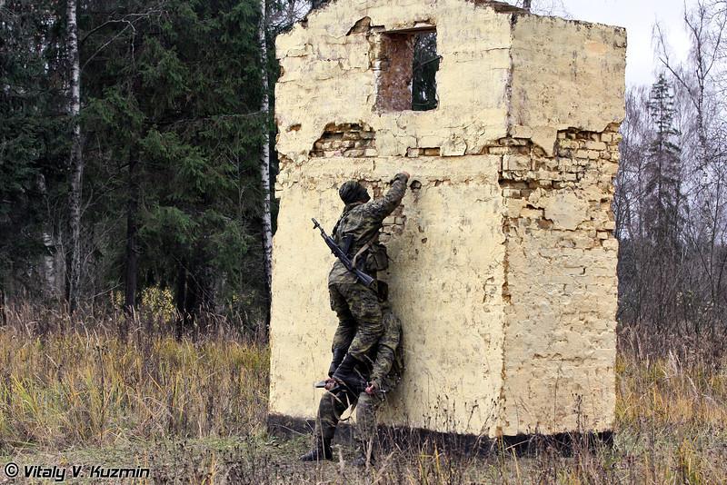 Прохождение разведгруппой участка местности, оборудованного препятствиями и заграждениями (Overcoming the obstacle course by the recon squad)