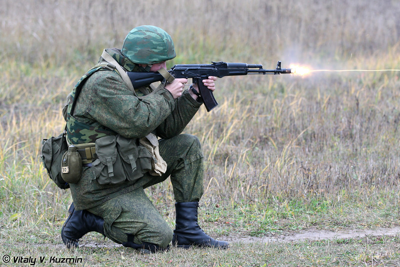 Демонстрация приемов одиночной стрельбы из АК-74М (AK-74M shooting)