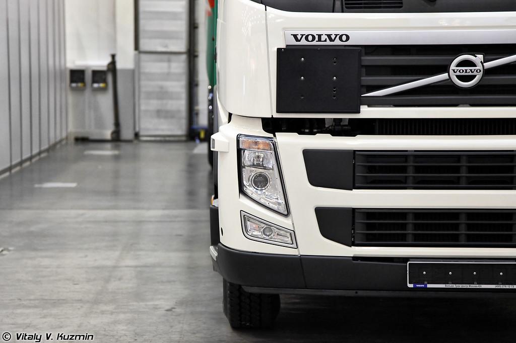 Аэродромный топливозаправщик на базе автомобиля Volvo (Airfield tanker vehicle on Volvo truck chassis)