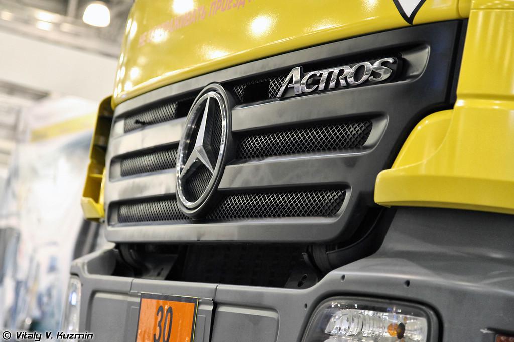 Аэродромный топливозаправщик на базе автомобиля MB Actros (Airfield tanker vehicle on MB Actros truck chassis)