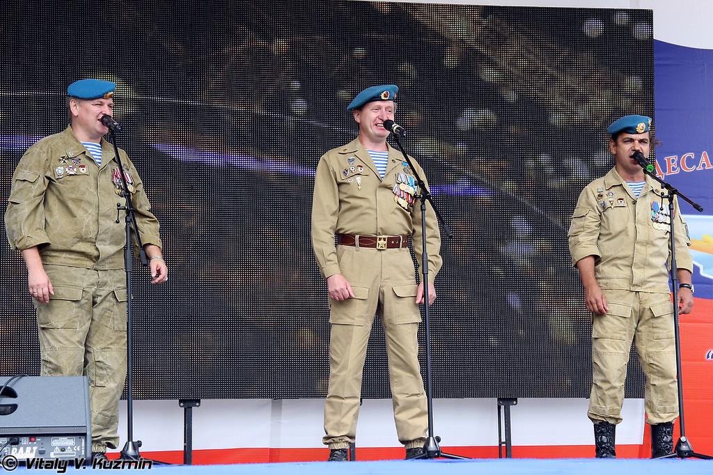 Концерт открыли Сергей Кузнецов, Александр Карпухин и Станислав Юрко (VDV veterans Sergey Kuznetsov, Aleksandr Karpukhin and Stanislav Yurko)