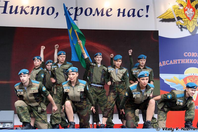 Танцевальный коллектив в гламурных костюмах (Dancing performance)