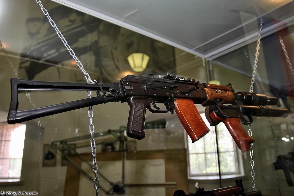 Стрелково-гранатометный комплекс 6С1 Канарейка, состоит из автомата АКС74УБ с ПБС и бесшумного гранатомета БС-1 (6S1 Kanareyka system, includes AKS74UB assault rifle with suppressor and BS-1 underbarrel grenade launcher with integrated suppressor)