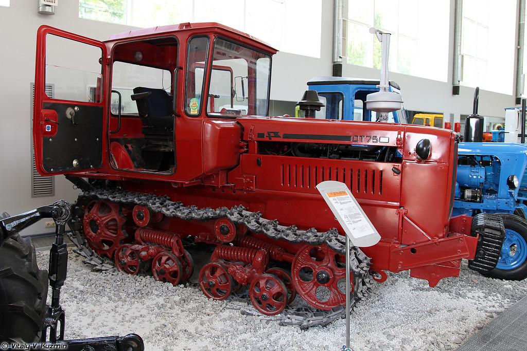 Гусеничный трактор ДТ-75 (DT-75 tractor)