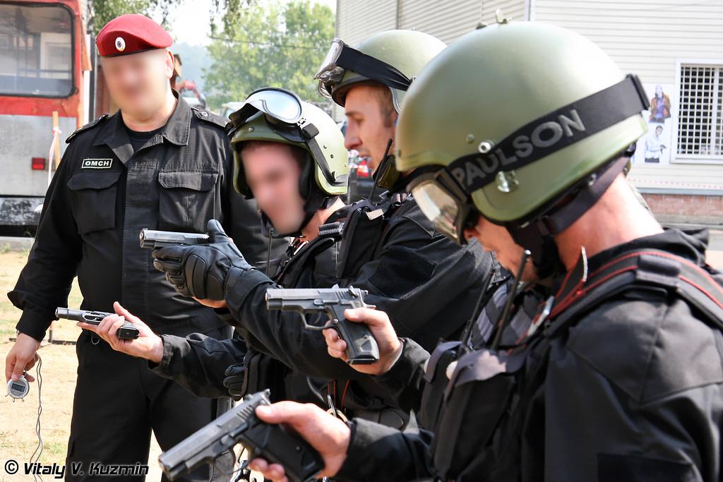 Для стрельбы на вышке использовался травматический пистолет Хорхе (Khorkhe pistol was used for rappelling exercise)
