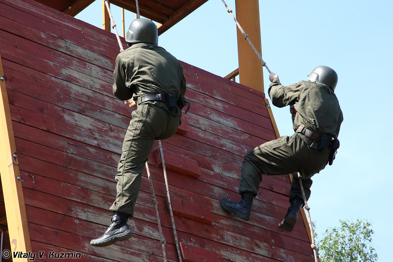 Вторая команда ЦСН Витязь (TsSN Vityaz second team begins the obstacle course)