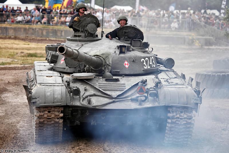 Польский Т-72 (T-72 main battle tank)