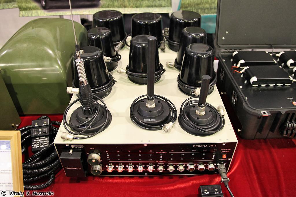 Блокиратор ПЕЛЕНА-7М4. Предназначен для защиты от радиоуправляемых взрывных устройств и устанавливается на легковом автомобиле. (PELENA-7M4 jammer)