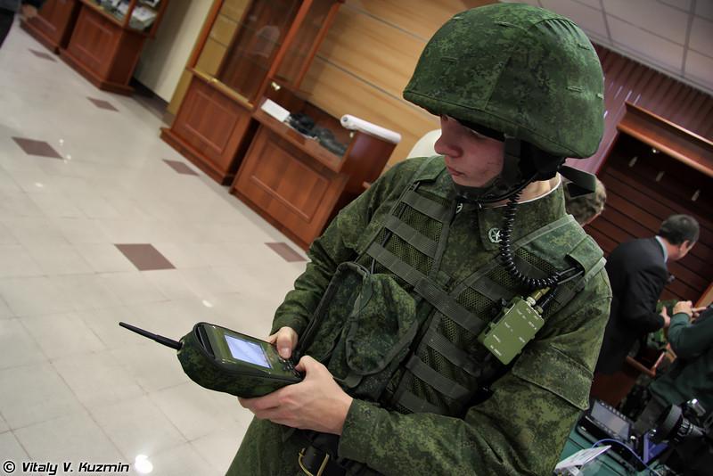 Комплект переносимый Р-175 (УНКВ-03) состоит из радиостанции Р-168-0,5УМ, коммуникатора абонентского АК-3,5 и терминала тактического ТТ-6,5 (R-175 (UNKV-03) battle communication ssystem)