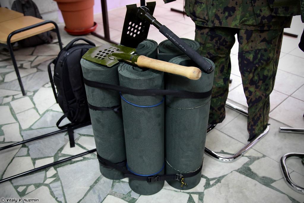Ковер специальный полевой КСП-10 и два вида саперных лопат (KSP-10 feild mat and shovels)
