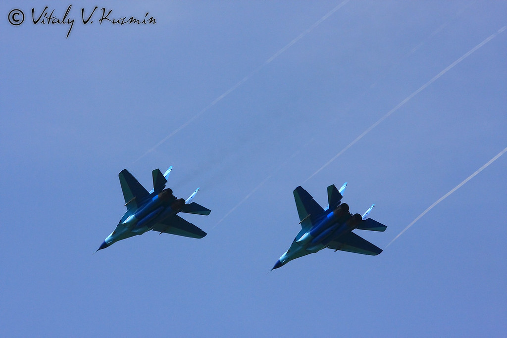 Парный пилотаж на МиГ-29 авиационной группы Соколы России Липецкого Центра боевого применения и переучивания летного состава (MiG-29 aerobatics from Falcons of Russia team of Lipetsk aviation Center)