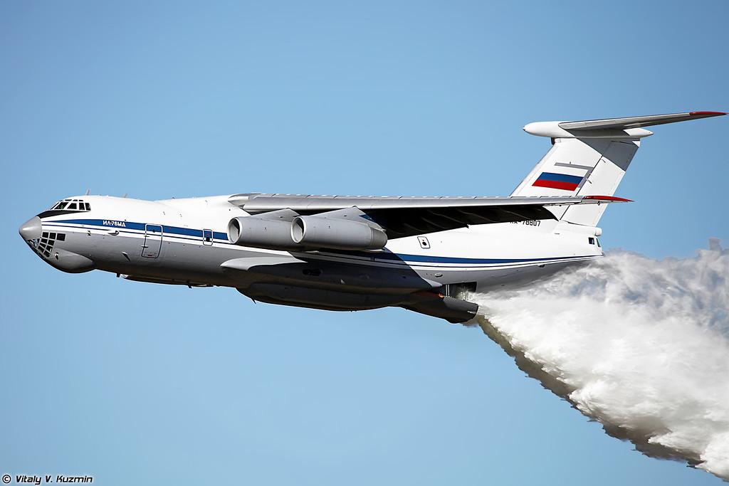 Перед началом Ил-76МД сделал два прохода и сбросил воду на трассу для биатлона. (Before the competition IL-76MD dropped the water to the training range)