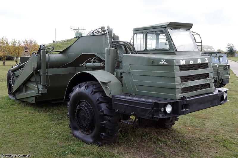 Скрепер Д-357П с тягачом МоАЗ-546П (D-357P scraper with MoAZ-546P tractor)