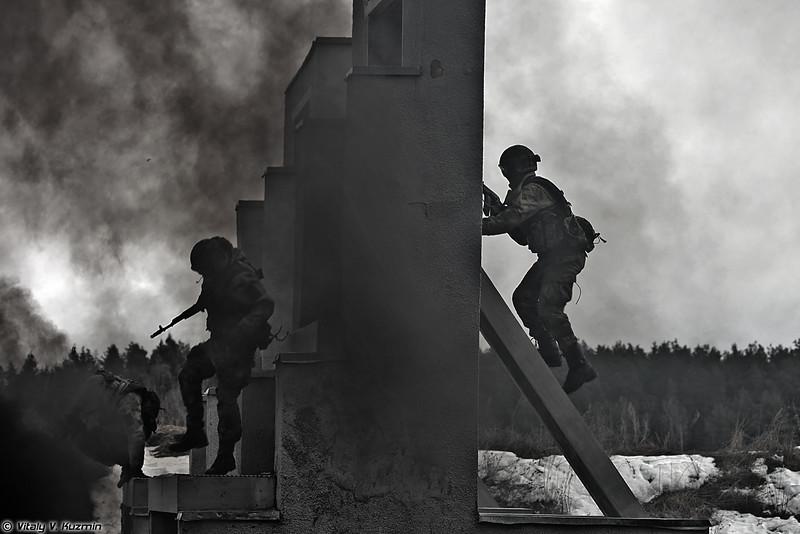 Военнослужащие ЦСН Витязь преодолевают огненно-штурмовую полосу при поддержке бронетехники (Operators from 604th Special Purpose Center Vityaz surmounted the assault course with the support of armored vehicles)