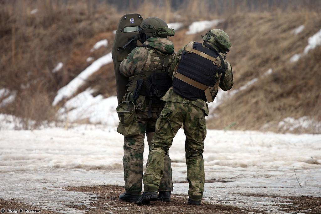 Военнослужащие 604-го ЦСН демонстрируют штурм здания (604th Special Purpose Center operators assaulted the building)