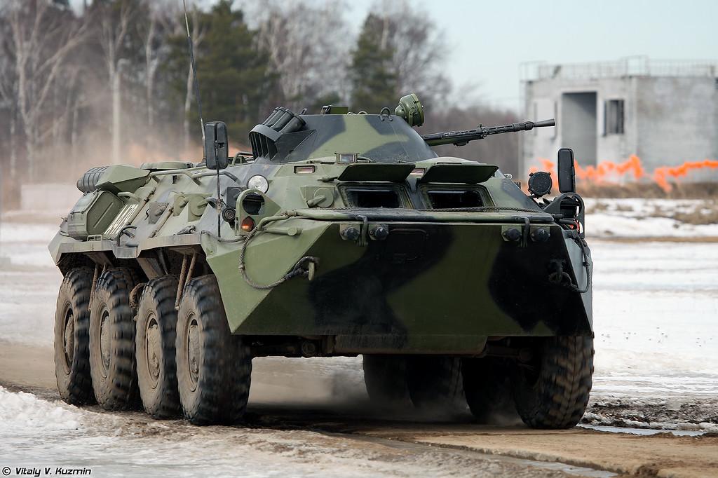 БТР-80 выдвигается на позиции в составе батальонной тактической группы и ведет огонь по условной бандгруппе (BTR-80 moving to the position)