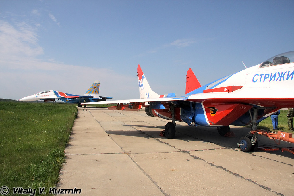 Су-27УБ АГВП Русские витязи и МиГ-29 АГВП Стрижи (Su-27UB of Russian knights team and MiG-29 of Swifts team)