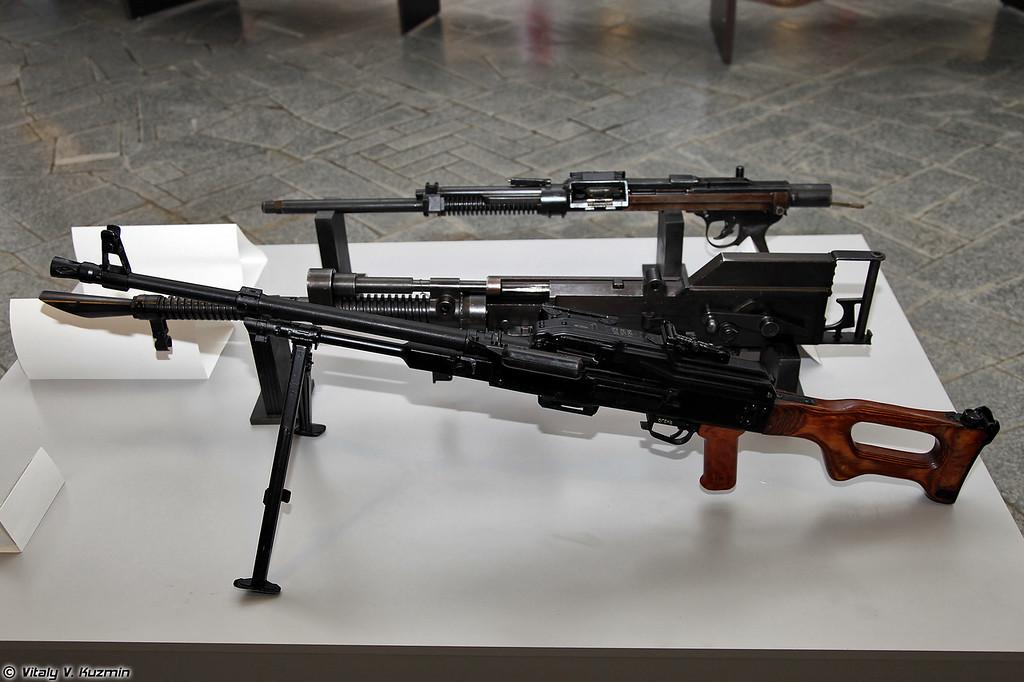 Опытный образец ПКМ, макет опытного танкового пулемета Шпитального, ТКБ-264 (PKM prototype, model of Shpitalniy tank machine gun prototype, TKB-264)
