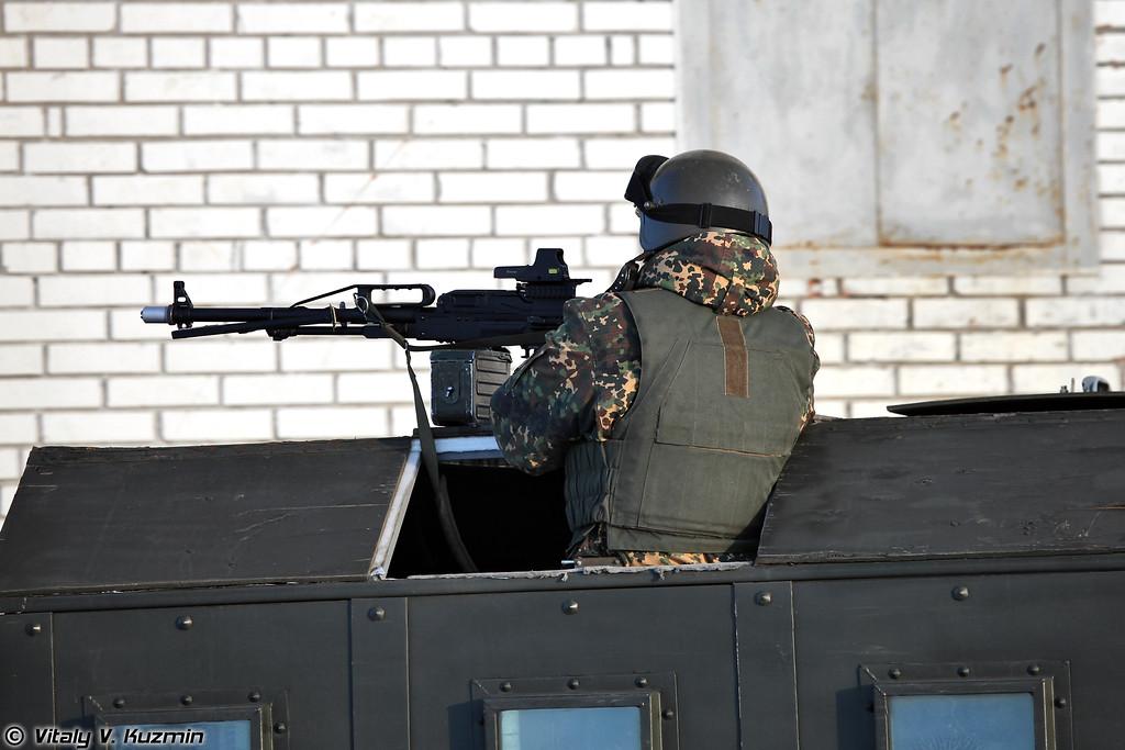 Пулеметчик с ПКП осуществляет прикрытие действий группы (Machine gunner with PKP Pecheneg covers the group)