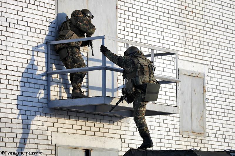 Выход с крыши Урала на балкон второго этажа (Climbing up to the balcony)