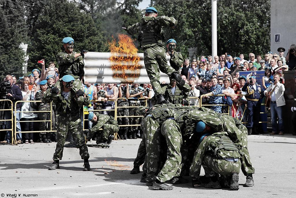 Показательное выступление десантников 38-го отдельного гвардейского полка связи ВДВ (Combat skills demonstration of 38th Separate Guards Signal Regiment of Airborne troops)