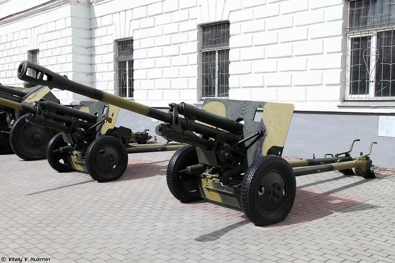 76-мм дивизионная пушка ЗИС-3 с упрощённым затвором и рычажным спуском, с углом возвышения 27 градусов (76-mm divisional gun ZIS-3)