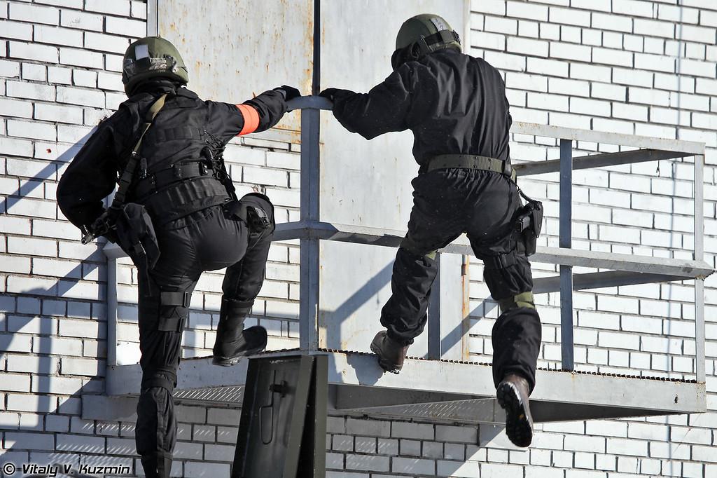 Непосредственно штурм здания осуществляет 604-й ЦСН (TsSN Vityaz special unit operators prepare to assault the building)