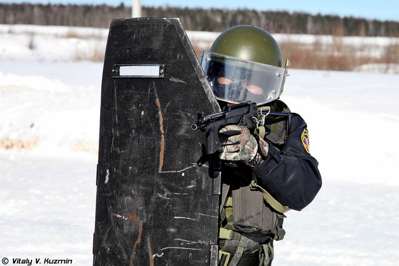 Армокомовский бронещит БОН-6 и пистолет-пулемет ПП-2000 (Operator with BON-6 armored shield from Armocom company and PP-2000 submachine-gun)