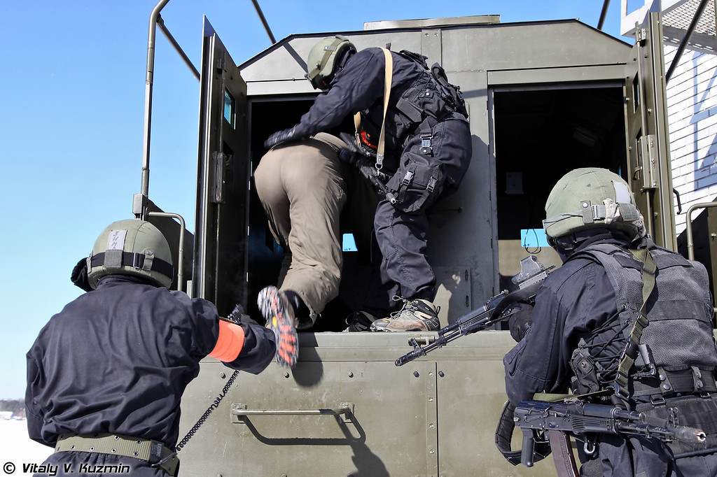 Завершение операции, задержанного преступника помещают в бронеавтомобиль (Vityaz special unit operators arrest the suspect)