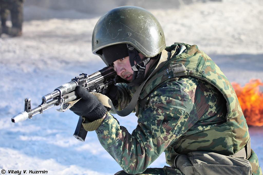 """Военнослужащие 33-го ОСН «Пересвет» в составе подразделения преодолевают огненно-штурмовую полосу (Operators from 33rd Special Purpose unit """"Peresvet"""" surmount the assault course)"""