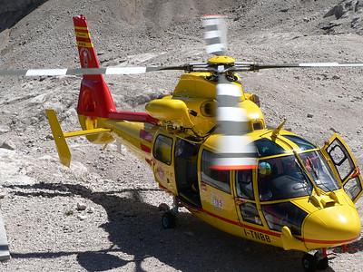 """2008 - Elicottero del soccorso alpino in """"stand by"""" al rifugio Pian dei Fiacconi - rotori in moto"""