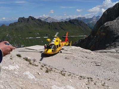 """2008 - Elicottero del soccorso alpino in """"stand by"""" al rifugio Pian dei Fiacconi"""
