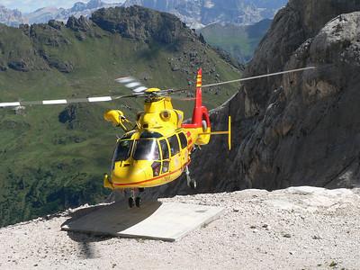"""2008 - Elicottero del soccorso alpino in """"stand by"""" al rifugio Pian dei Fiacconi - sceglierà di non posarsi sull'elisuperficie"""