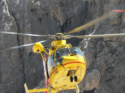 """2008 - Elicottero del soccorso alpino in """"stand by"""" al rifugio Pian dei Fiacconi in attesa di andare a recuperare squadra di soccorso e incidentato"""
