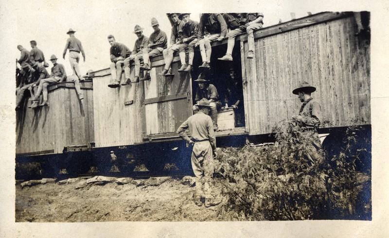 Soldiers on Rail Car (03443)