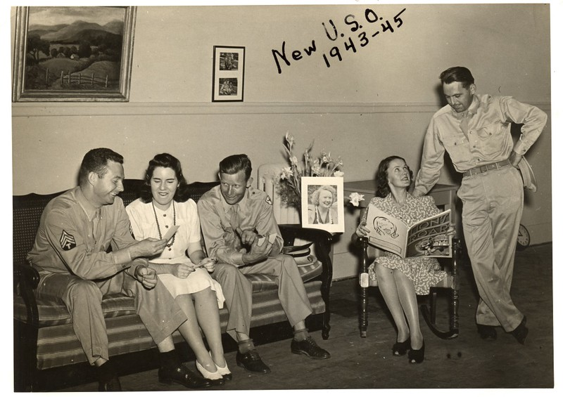 WWII Soldiers and Ladies at the U.S.O. (06586)
