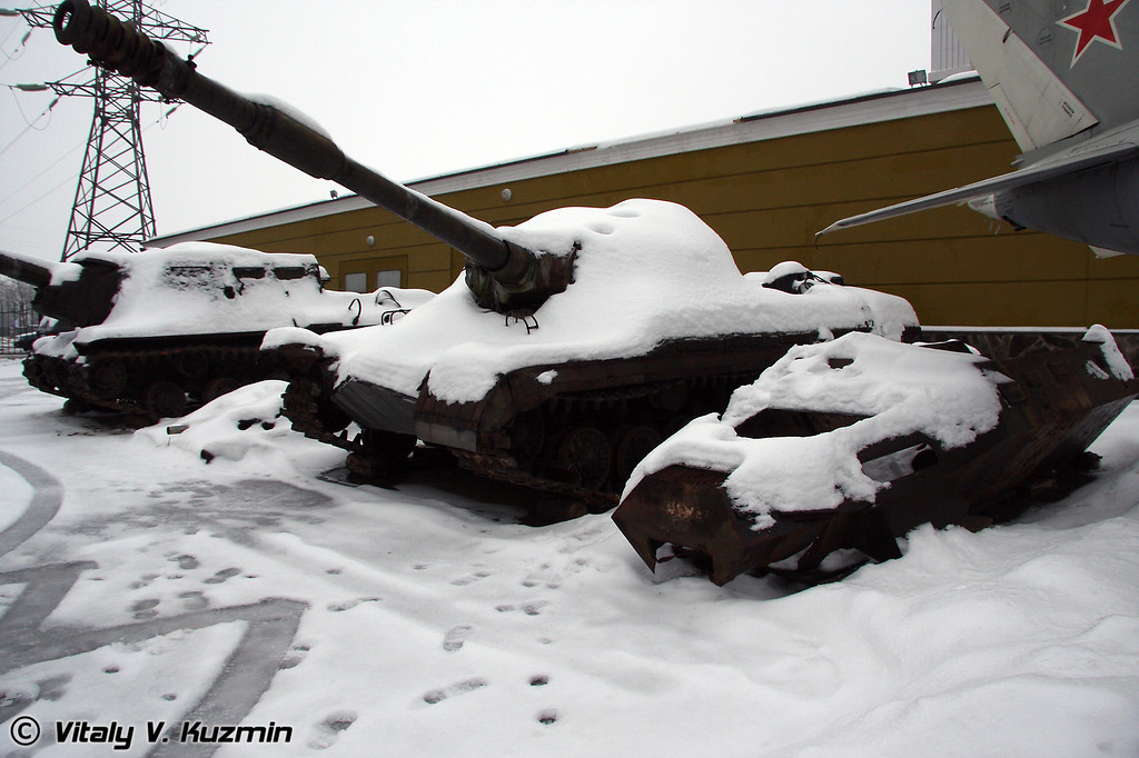 ИСУ-152 и Т-10М (ISU-152 and T-10M are waiting for restoration)